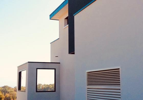Villa avec grille amzair pompe à chaleur