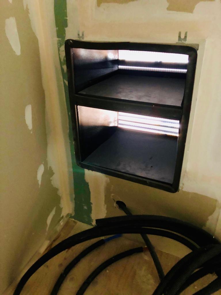 Installation d'une pompe à chaleur intérieure sans groupe extérieur avec une grille a travers mur
