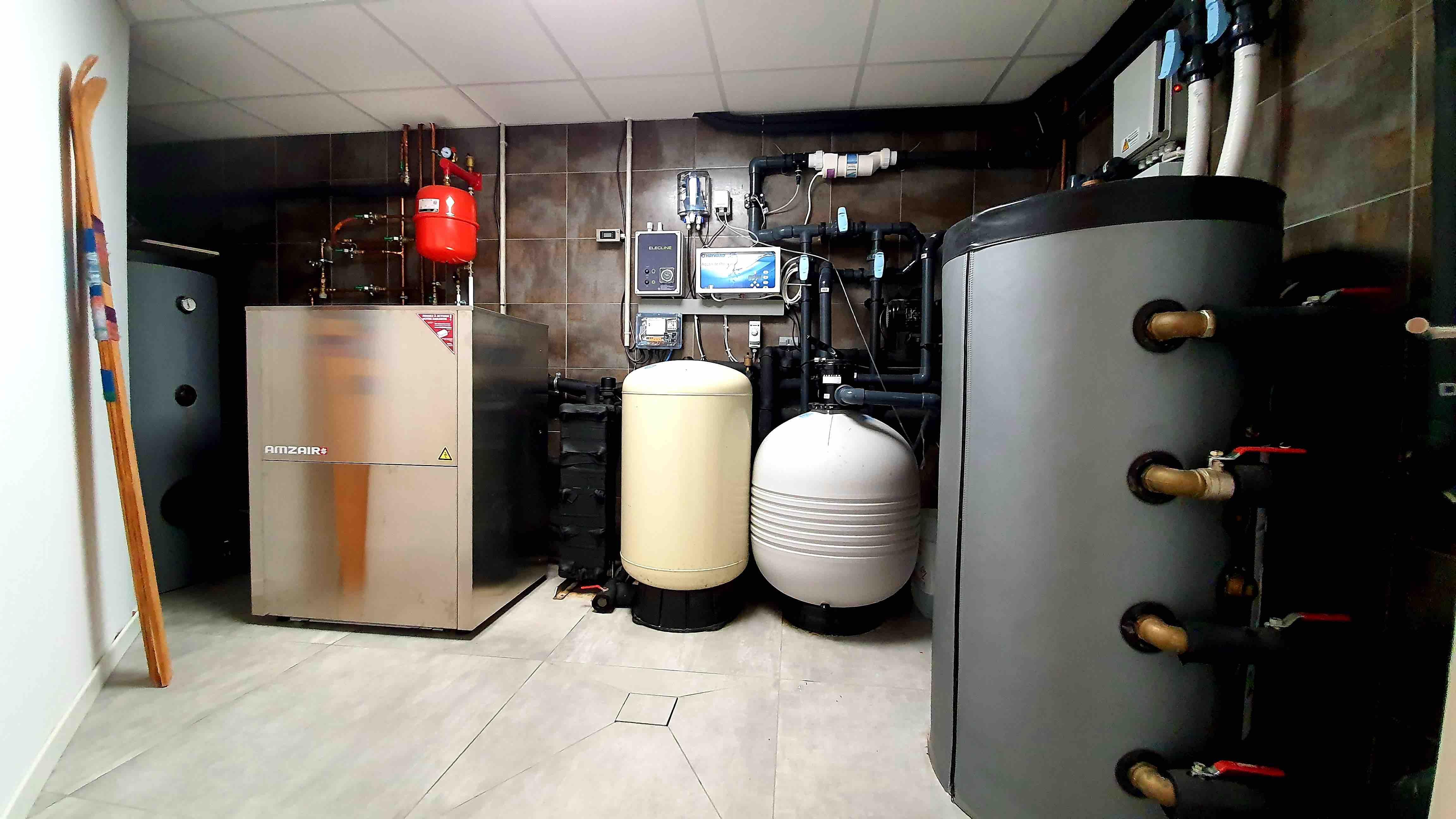 Photo de la chaufferie de l'installation pour le chauffage d'une piscine et le plancher chauffant avec une pompe à chaleur geothermique AMZAIR