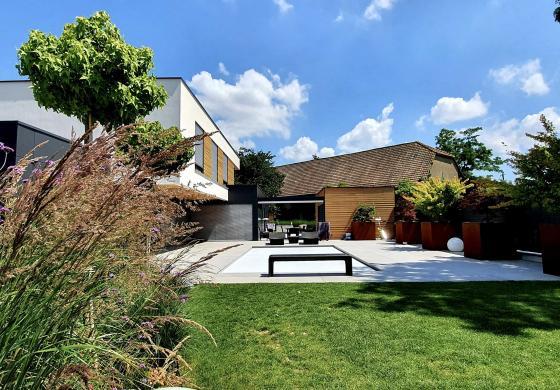 une maison avec piscine et pompe a chaleur