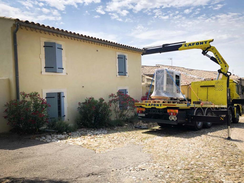 Arrivée-par-camion-de-la-pompe-a-chaleur-air-eau-exterieure-amzair et retrait de l'ancienne pac de l'hotoel